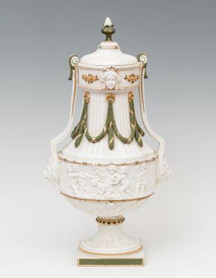 Jarrón Neoclásico de porcelana biscuit. Alemania, hacia 1895.