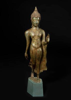 Figura de Buda; Tailandia, siglos VIII-IX.  Bronce con restos de policromía sobre peana de madera