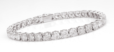 Rivière bracelet in 18k white gold. Diamonds, brilliant-cut, K color, SI2 clarity, together weighing approx.