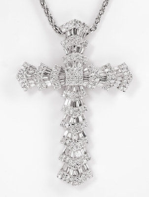 Pendant in 18k white gold. Latin cross.