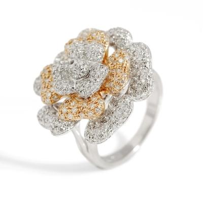 Sortija en oro blanco y oro rosa de 18 kts. Modelo en forma de flor abierta formada por tres capas superpuestas con el frontis decorado con diamantes, con ca.