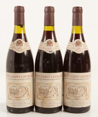 Tres botellas de Nuits-Saint-Georges Ulysse Jaboulet 1987.