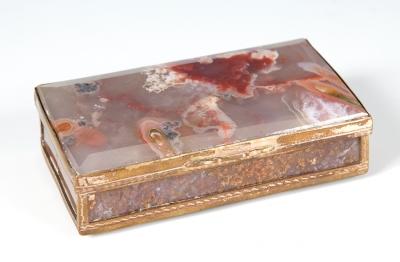 Cajita, siglo XIX. En oro bajo y ágata