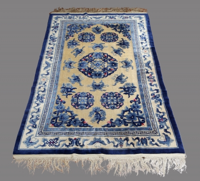 Antigua alfombra china.Anudada a mano en lana y seda.