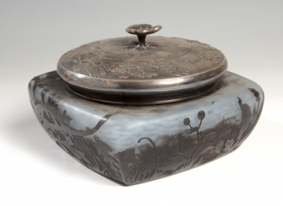 Caja Art Nouveau de DAUM; Francia, hacia 1908.Vidrio camafeo al ácido y estaño plateado.