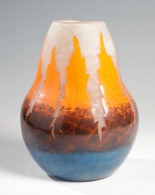 """Jarrón Art Déco """"Fougère"""" de DEGUÉ; Francia, hacia 1925.Vidrio camafeo al ácido."""