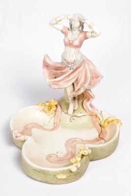 Centro ROYAL DUX; Bohemia, hacia 1900.Porcelana esmaltada.