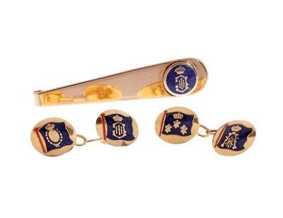 Conjunto de gemelos y pasador de corbata en oro amarillo de 18 kts. Cuenta con esmalte azul con heráldica borbónica,.