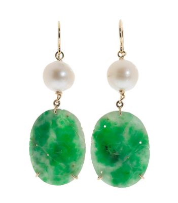 Set of earrings and pendant in 18k yellow gold, with white Australian pearls and imperial jade piece carved in oval and engraved. Clean treatments.