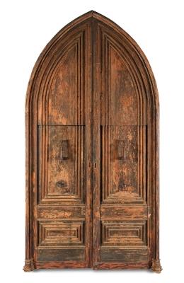 Importante portón ojival, siglo XIV-XV Madera de pino tallada.
