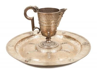 Aguamanil y jofaina modernos al estilo del siglo XVI.