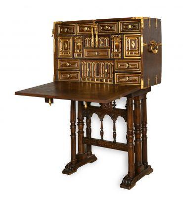 Bargueño español de finales del siglo XVII. Madera y madera dorada.