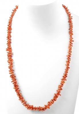 Collar formado por un hilo de coral, tallado en mini ra