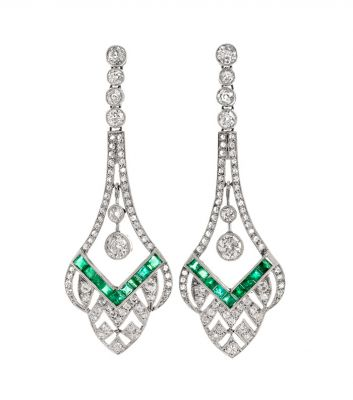 Pair of long Art Deco earrings with platinum movement. With a line of diamonds with a main body lined with diamonds, color J, excellent quality and ca.