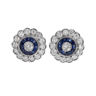 Pareja de pendientes Art Decó en platino. Modelo rosetón con diamante central engastado en chatón,  con orla de zafiros,  talla carré,.