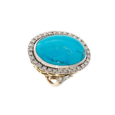 Sortija en oro amarillo de 18 kts. Con gran cabujón de turquesa y orla de diamantes,  talla brillante,  con un peso total de ca.