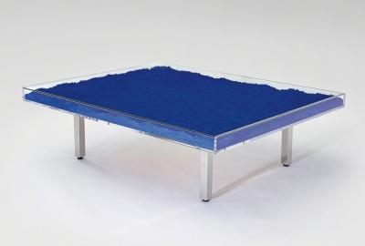 """Yves Klein (Niza, 1928-París, 1962) """"Table bleu""""."""