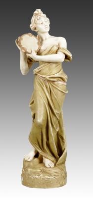 """Figura Jugendstil ROYAL DUX; Bohemia, hacia 1900.""""Bailarina con pandereta""""."""