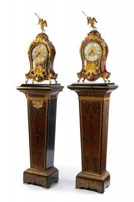 Pareja de relojes de estilo Boulle y peanas de época Napoleón III; Francia, hacia 1860. Bronce, carey y latón.