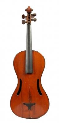 Violín; Viena, finales del siglo XIX.  Fabricación artesanal. Medidas: 60 x 20,5 cm.