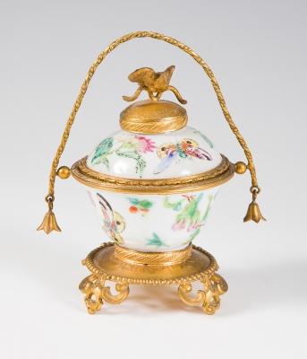 Recipiente chino. En porcelana esmaltada