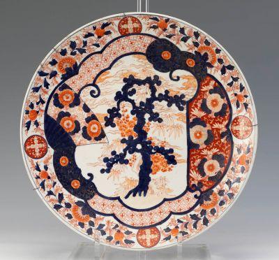 Plato de estilo Imari; Japón, siglo XX.Porcelana esmaltada.