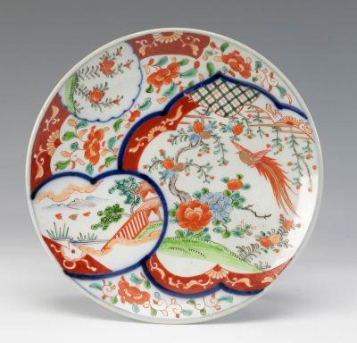 Plato de estilo Imari; China, siglo XIX.Porcelana esmaltada.