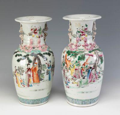 Pareja de jarrones de estilo Familia Rosa; China, finales del siglo XIX – principios del XX.Porcelana esmaltada.