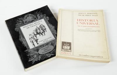 Dos libros de historia. Uno de ellos ilustrado