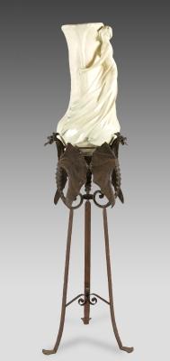 Gran jarrón modernista con peana; Francia, hacia 1900.