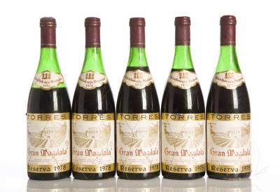 Cinco botellas de Torres Gran Magdala Reserva 1978.