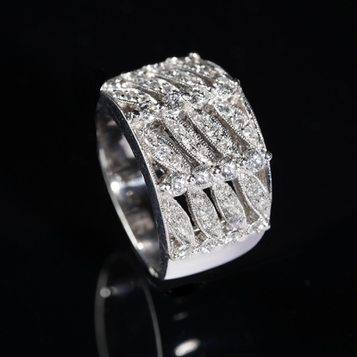 Sortija en oro blanco de 18 kts. Modelo estilo Art Déco con decoración frontal geométrica calada, formando un entramado forrado de diamantes, talla brillante, color G, pureza VS, con un peso total de ca.