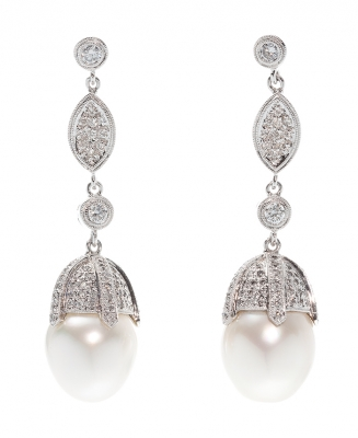 Pair of earrings made in 18 kt white gold.Long earrings with movement formed by a series of chaton mouths and pavé of diamonds, brilliant cut, united by means of diamond shell, brilliant cut, color G, purity VS, with a total weight of ca.