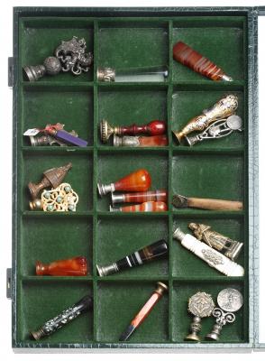 Colección de antiguos sellos para lacre.En expositor.
