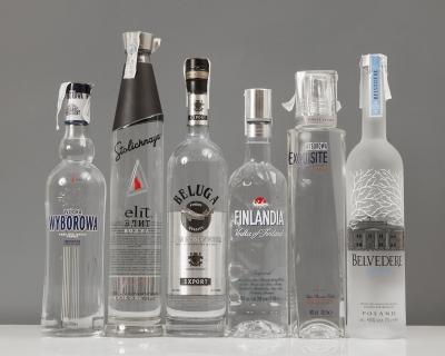 Surtido de seis botellas de vodka de importación. Niv