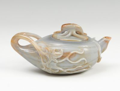 Small teapot China, 19th centuryAgate carved in gray with yellow streaks.Measures: 7 x 14 x 7 cm.