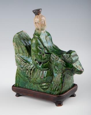 Figura de letrado; China, siglo XIX.Cerámica vidriada, con peana original de madera.
