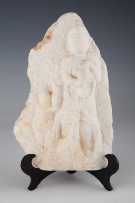 Relieve con figura de Buda; India, siglo XX.Mármol.