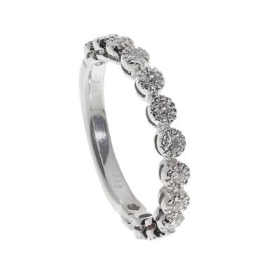 Lote: 35101767Sortija en oro blanco de 14 kts. Modelo tres cuartos con línea de diamantes, talla brillante, color J-K, pureza VS/SI, con un peso total de ca.