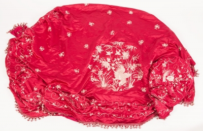 Cobertor chino bordado en seda con borlas.