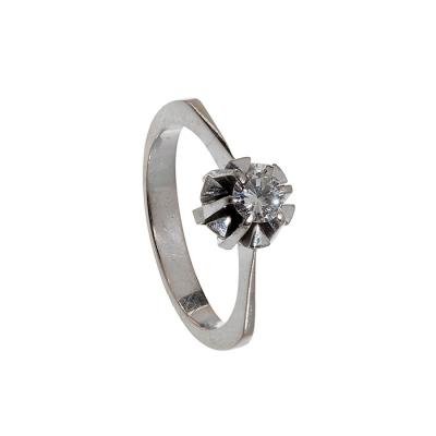 Lote: 35151905Sortija solitario en oro blanco de 18 kts, modelo años 60. Frontis con diamante, talla brillante, color I, pureza SI,  de ca.