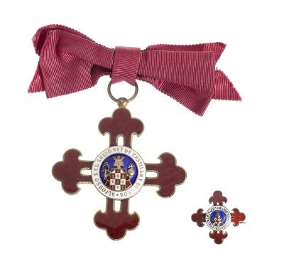 Medalla de pecho y pin en plata de ley dorada y esmalte