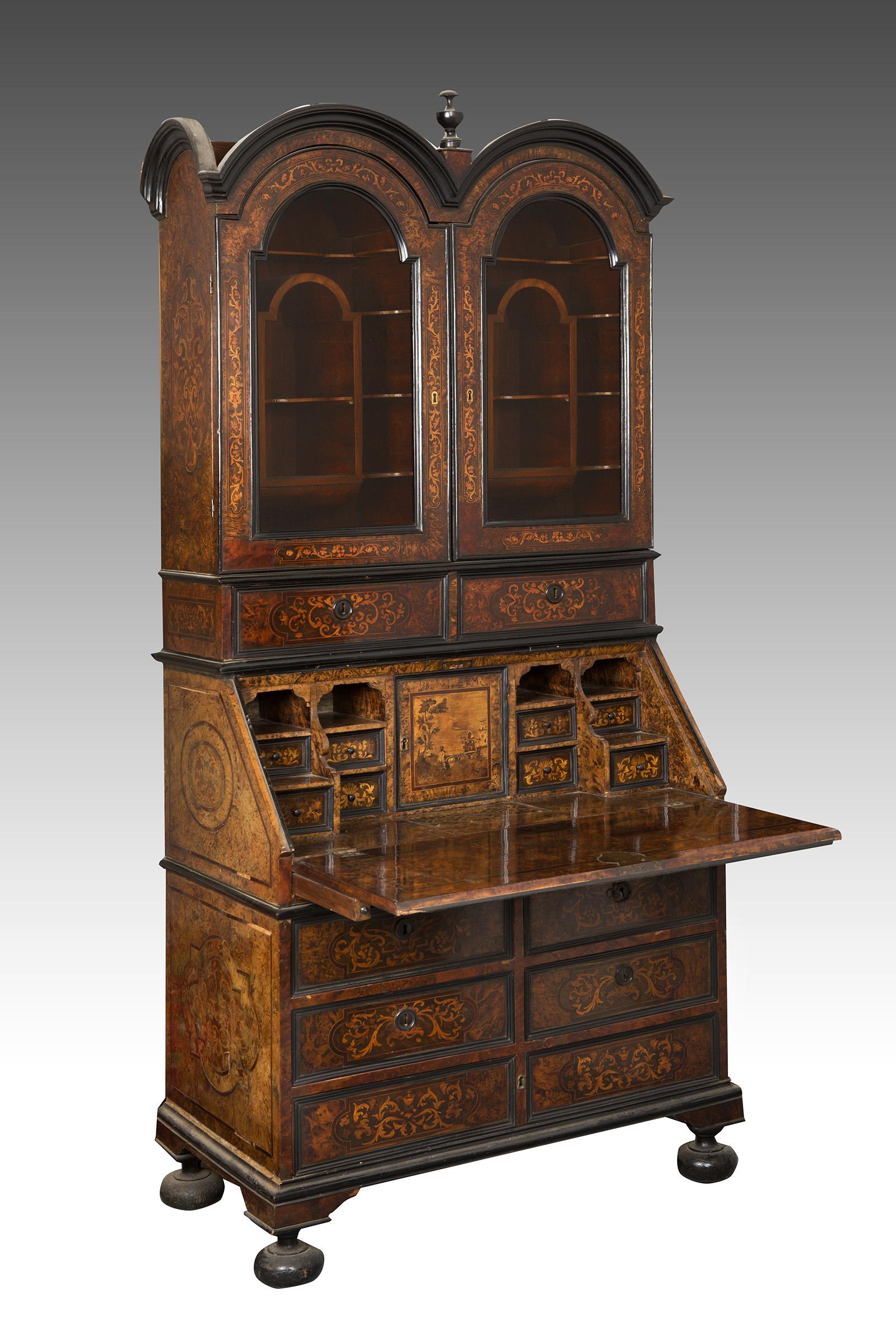 Buró escritorio con vitrina barroca.