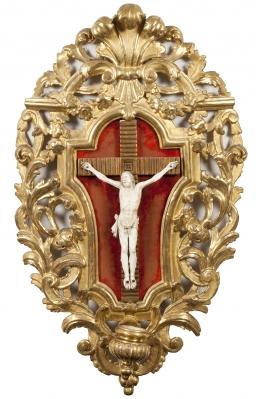 Cristo de marfil montado sobre benditera.