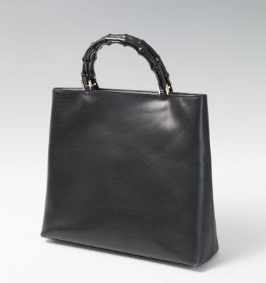 Bolso Gucci. Realizado en piel de color negro