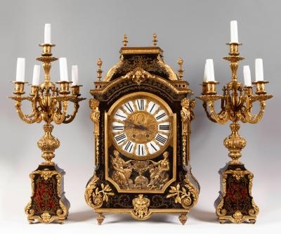 Reloj de sobremesa con guarnición, estilo Luis XIV francés.
