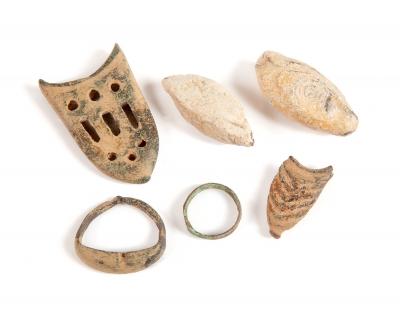 Conjunto de dos plomos de honda, remate tahalí, anillo