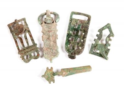 Conjunto de cuatro hebillas y una fíbula visigodas, sig