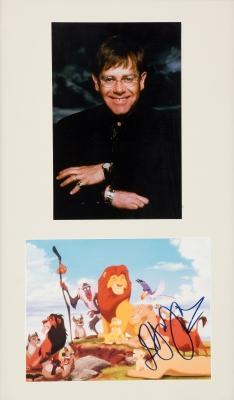 ELTON JOHN.Fotografía de Elton John, con ilustración del Rey León firmada por el artista.