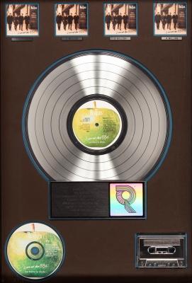 """THE BEATLES.Disco de Platino presentando a The Beatles por la venta de más de 4 millones de copias del álbum y cassette """"Live at the BBC"""", por parte de Apple/Capitol Records."""